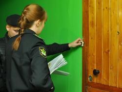 Приставы и полиция выселили из общежития бывшую сотрудницу клиники Мешалкина