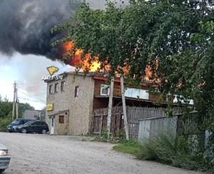 В Новосибирске при пожаре в банном комплексе пострадали два соседних дома и три авто