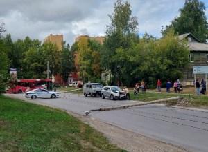 Новосибирец  на кроссовере снёс столб на ул. Героев Труда, а затем упали ещё два