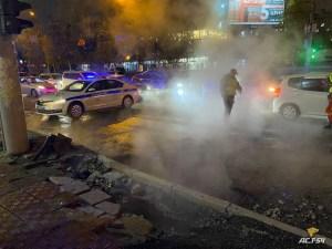 В центре Новосибирска автомобиль провалился в яму с кипятком