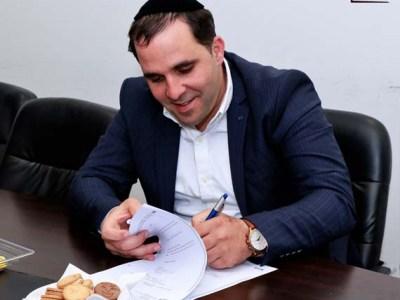 איציק אלמליח חותם על ההסכם הקןאליציוני עם ראש העיר