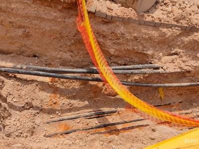 חוטי חשמל הנמצאים מתחת המדרכות