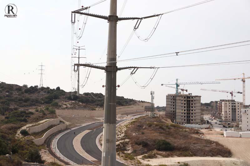 קווי חשמל עוברים מעל כביש 5