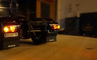 MAN TGX bei Nacht Heck