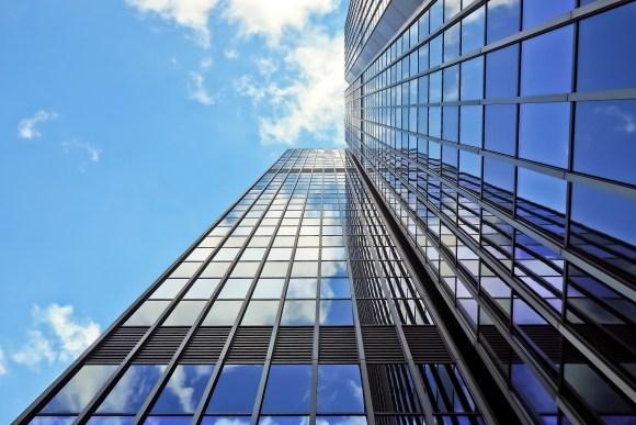 predio-empresarial-com-fachada-de-vidro