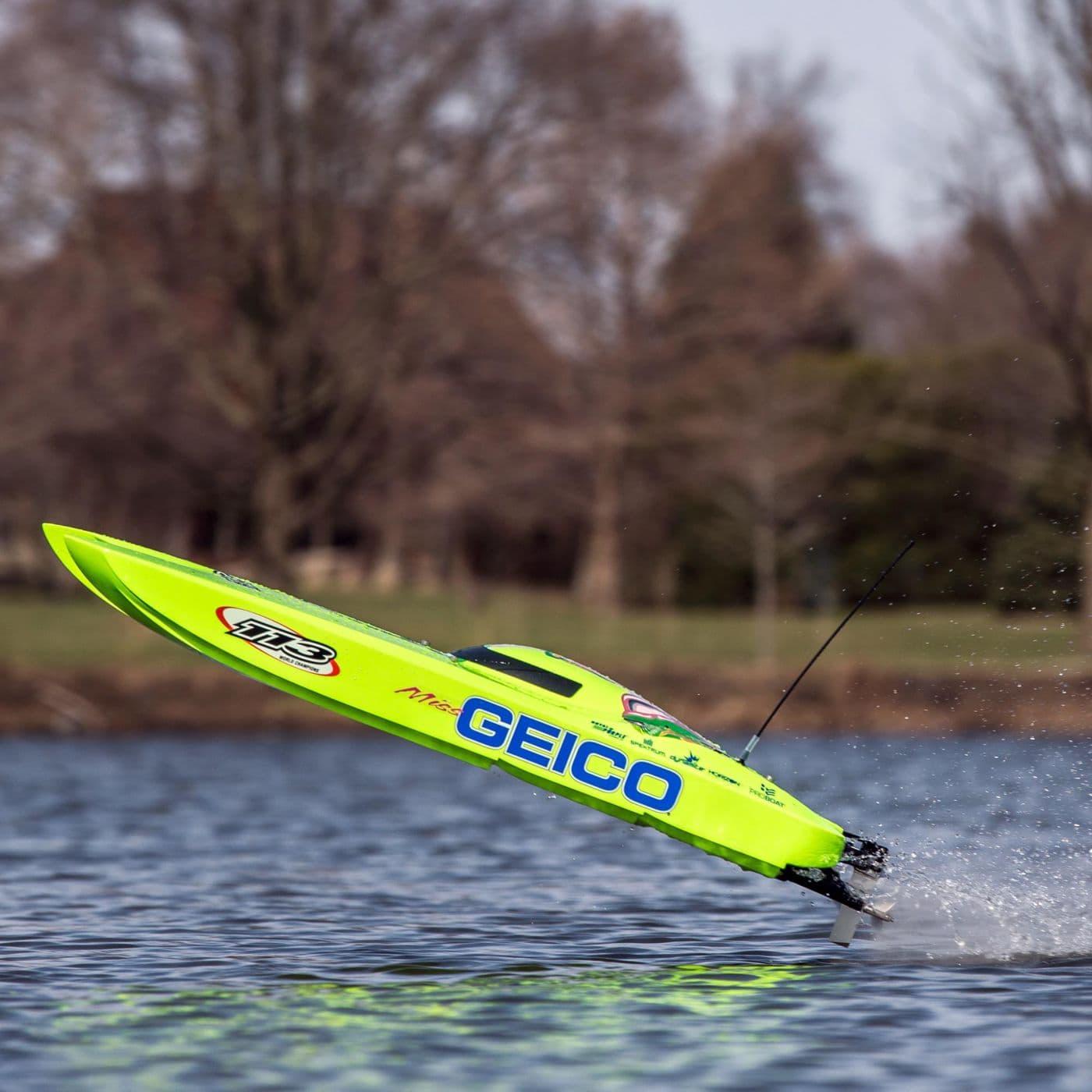 Pro Boat Mis Geico Twin Zelos - Action 2