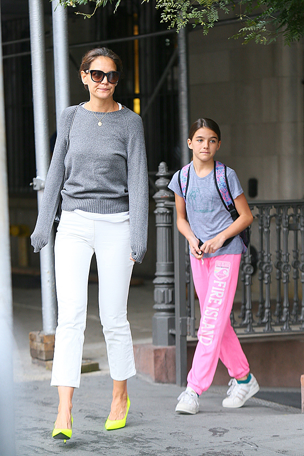 katie-holmes-and-suri-cruise-twinning-backgrid-embed