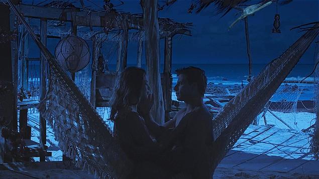 """Grazi Massafera e Henri Castelli em cena de """"Flor do Caribe"""", com o efeito """"noite americana"""""""