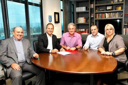 Otávio Mesquita [centro] e a direção do SBT junto com a empresário do apresentador