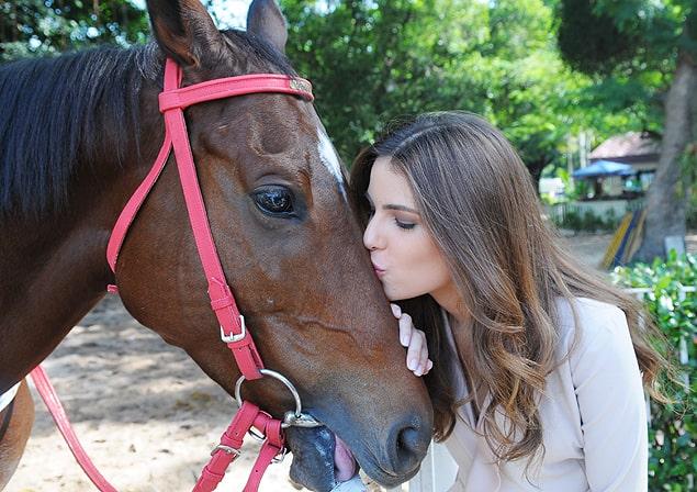 A atriz Thaís Melchior beija a égua Vitória