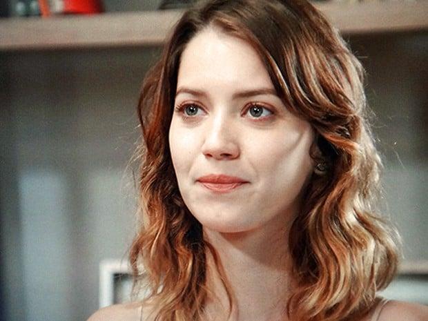 Laura descobre que Maria Inês é sua mãe biológica