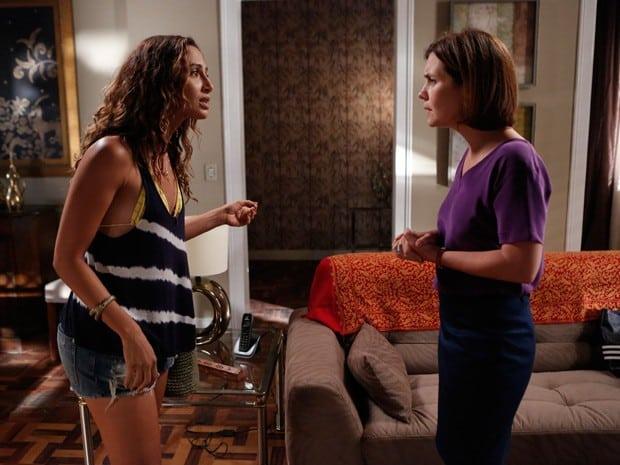 Regina escuta proposta de ajuda feita por Inês para prender Beatriz