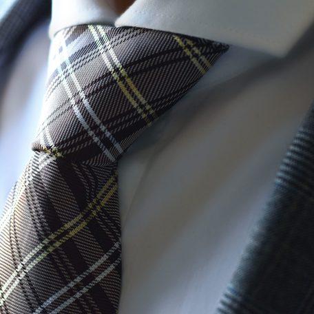 Hnedá, žltá kockovaná kravata.