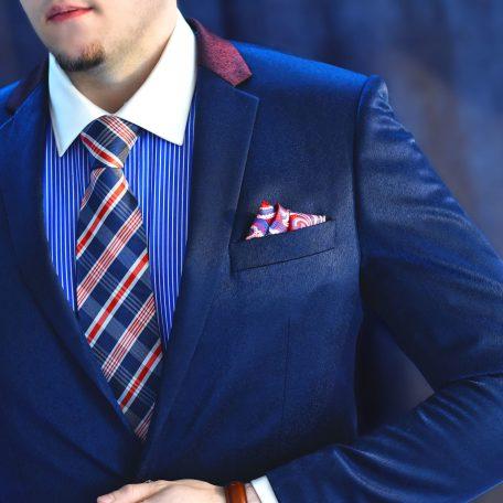 Elegantná formálna modro červená pásikavá kravata