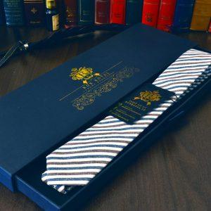 Bavlnená luxusná kravata modro hnedá pásikavá v luxusnom darčekovom balení RDB Royal