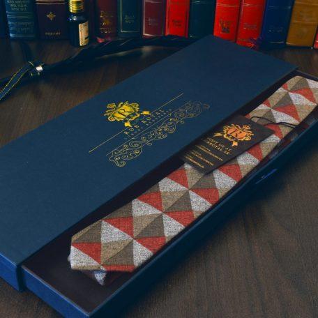 Luxusná bavlnená sivo červeno zelená kravata v štýlovom vzore losange v darčekovom balení RDB Royal
