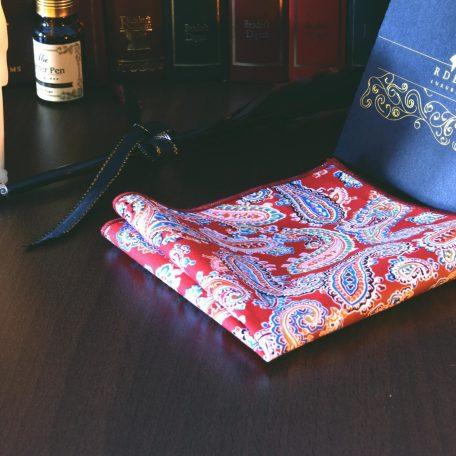 Farebná jarná náprsná pánska vreckovka do saka červená paisley bavlnená