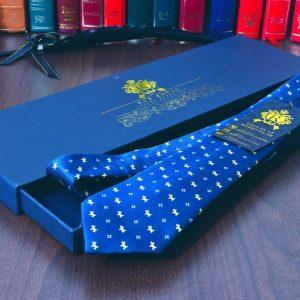 Hodvábna luxusná kravata modrá psíčkovia psí vzor