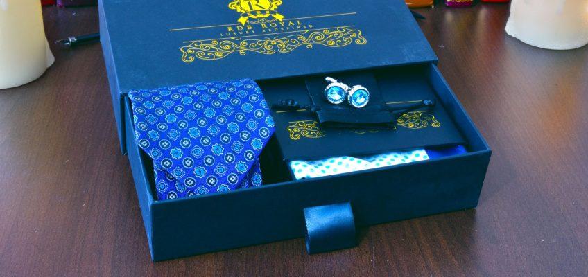 hodvábny modrý foulard moderný pánsky darčekový set s modrou bodkovanou vreckovkou do saka a gombíkmi Swarovski