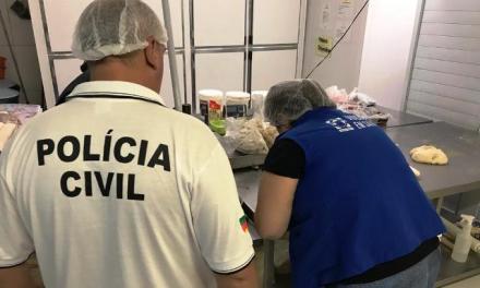 Polícia apreende cerca de 170kg de alimentos impróprios para consumo em Porto Alegre.