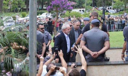Lula volta para retorna à prisão em Curitiba após cremação do neto