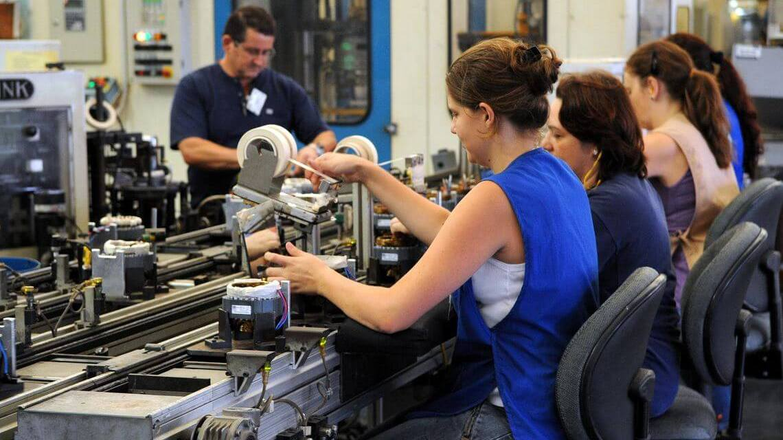 Mulher ganha em média 79,5% do salário do homem, diz IBGE