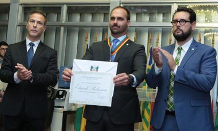 Eduardo Bolsonaro recebe medalha do Mérito Farroupilha