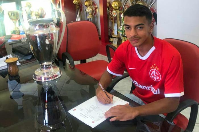 Filho do ex-volante Tinga assina contrato com o Inter