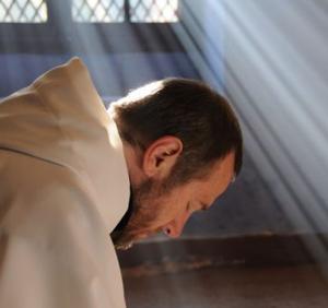Resultado de imagen para imagenes hombres en un monasterio