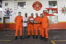 5a984f7634449-1 STICC entrega placa a bombeiro que salvou operários