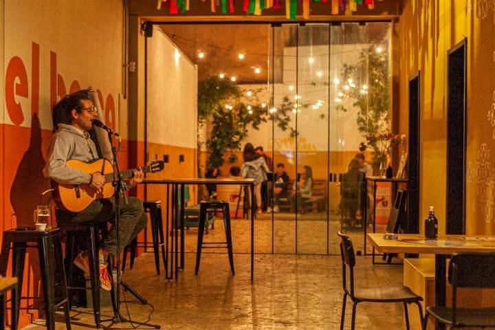 Semanita-Noche-apresenta-tambem-apresentacoes-ao-vivo-credito-foto-Graziela-Becker-1-300x200 Bar de Gràcia apresenta jantar especial de dia dos namorados e o projeto Semanita Noche