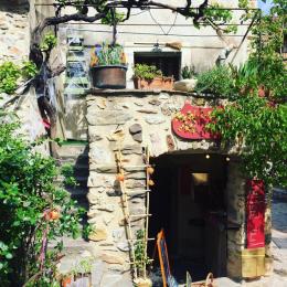 Petite magasin à Castelnou (avec la maison de la sorcière en haut)