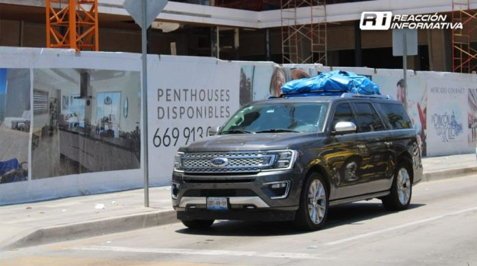 TOURISM IN MAZATLAN IN PANDEMIC CAR WITH SUITCASES