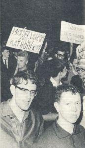 Kris Merckx (links achteraan) vroeg zich in eind jaren '60 nog af waarom we Katholiek zijn.