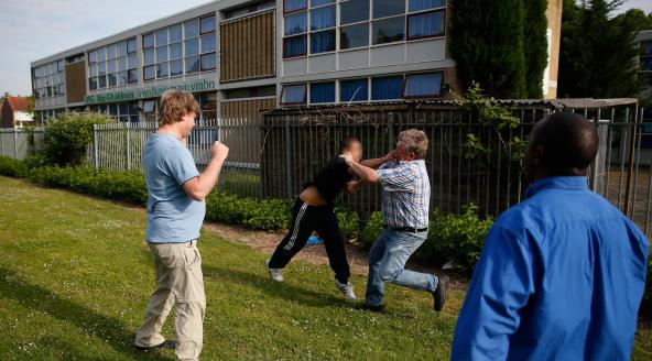 Een cameraman die kwam filmen naar aanleiding van de actie van ID Verzet kreeg een 'warm' onthaal van enkele leerlingen van de geviseerde school.