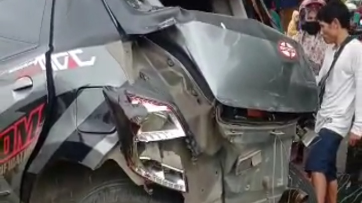 Mobil Damkar Tabrak Minibus Gorontalo