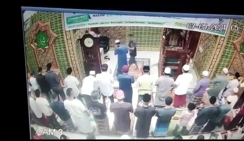 Imam Masjid Dipukul