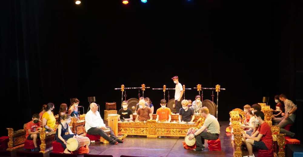300 Pelajar dan Guru di Kota Dole, Prancis Pelajari Alat Musik Gamelan