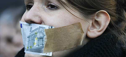 Woman during anti-capitalism protests in Germany with euro on her face. (photo: photos50.blogspot.com)