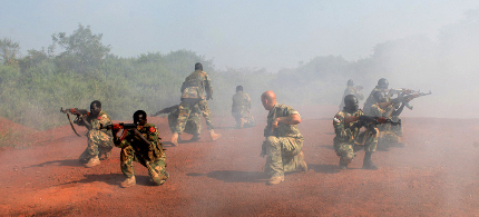 A US Special Forces trainer supervises a military assault drill in Sudan in November 2013. (photo: Andreea Campeanu/Reuters)