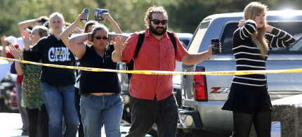 Students, staff and faculty are evacuated from Umpqua Community College in Roseburg, Oregon, after a deadly shooting Thursday, October 1, 2015. (photo: Michael Sullivan/AP)