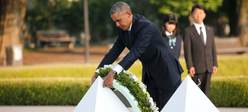 President Obama lays a wreath at Hiroshima Peace Memorial Park. (photo: AP)