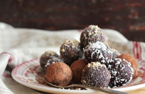 The best gifts are those that are made with love… and chocolate. Truffles are synonymous with holidays like Valentine's Day and making them with pure your ingredients will make them more rich. #ReadyNutrition