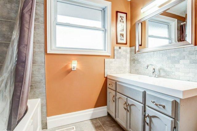 772 Limeridge E Hamilton bathroom - Recently SOLD - Central Hamilton Mountain