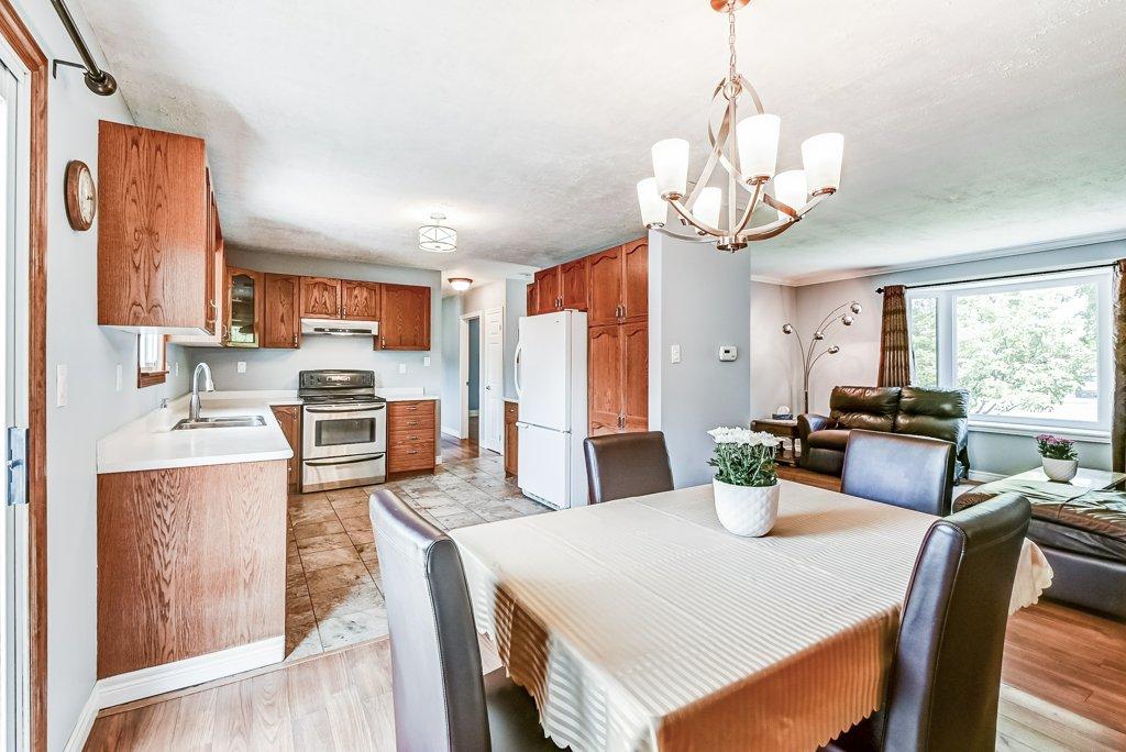 013 716 Upper Paradise Hamilton kitchen - 716 Upper Paradise Road, Hamilton