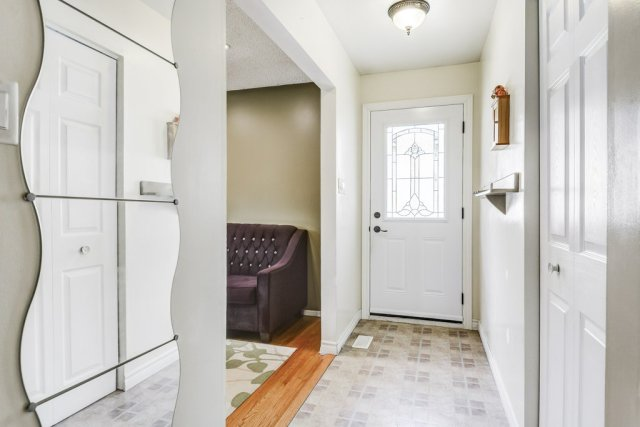 008 164 Bonaventure Hamilton foyer - Recently SOLD ~ West Hamilton Mountain