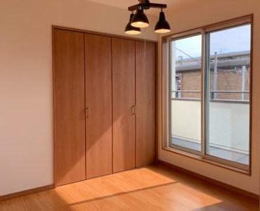32坪4LDKの家の子供室(5.25帖)の南面の画像