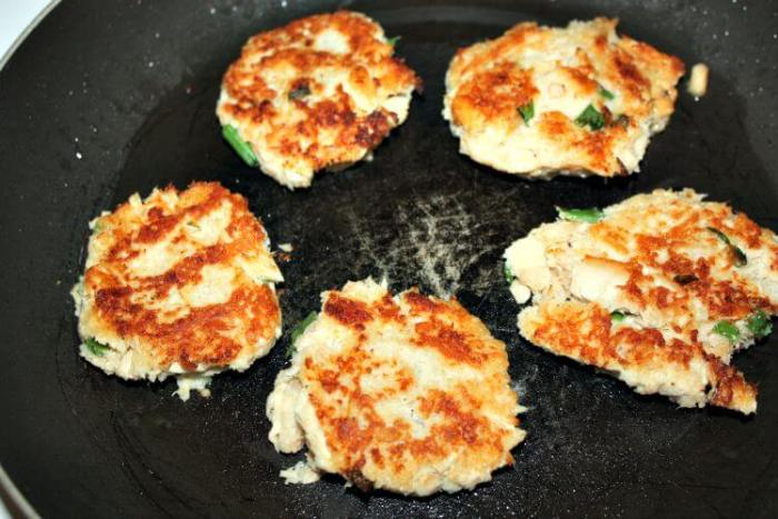 Tasty low calorie fried tuna cakes recipe with green onions, bread crumbs, old bay seasoning and egg whites.