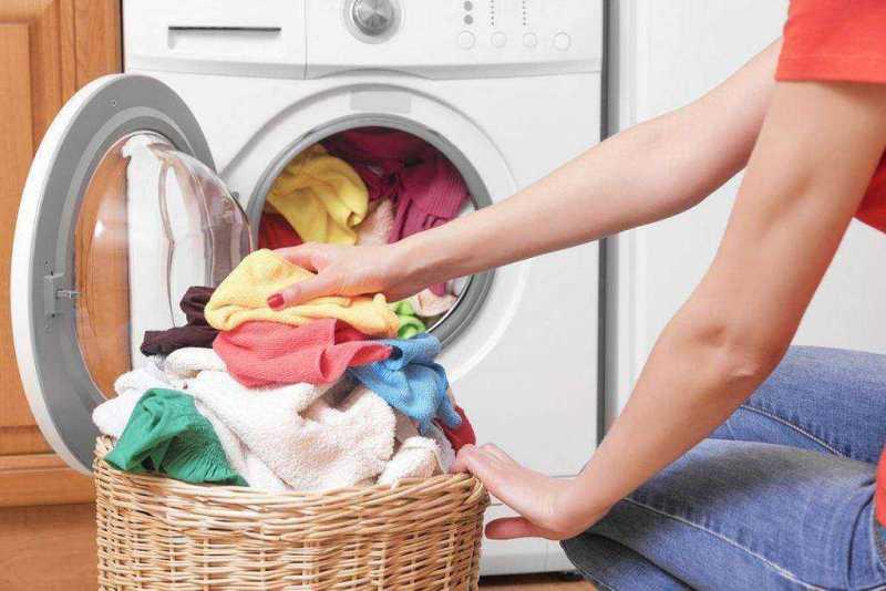 3 șmecherii ca hainele să reziste mai mult timp. Sfaturile specialiștilor care pot prelungi viața obiectelor vestimentare cu câțiva ani la rând