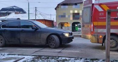 Scandal în Arad! O ambulanță a fost blocată de un șofer cu BMW. Aceasta venea să preia un pacient în comă